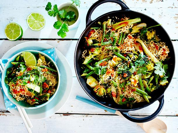 Grünes Wok-Gemüsecurry mit Eiernudeln Rezept
