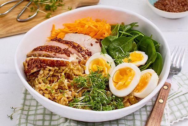 Grünkern-Bowl mit wachsweichem Ei und Hähnchenfilet Rezept