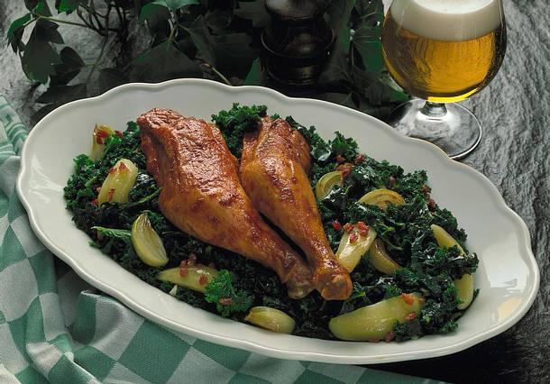 Grünkohl mit geräucherten Hühnerkeulen Rezept