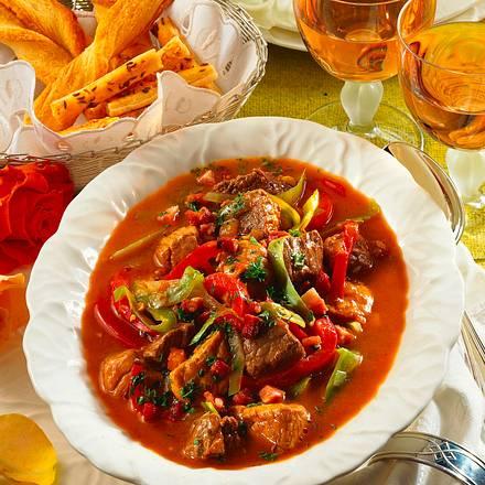 Gulasch mit Paprika und Weißkohl Rezept