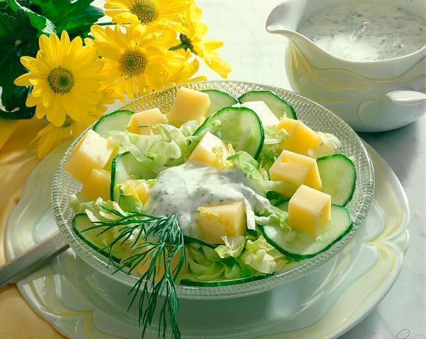 Gurken-Käse-Salat mit Joghurt-Dill-Soße Rezept