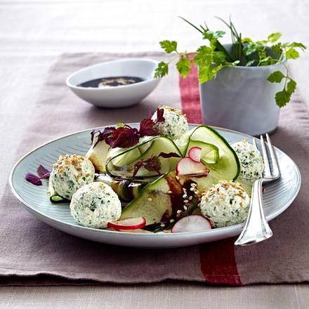 gurken radieschen salat mit kr uter frischk seb llchen in. Black Bedroom Furniture Sets. Home Design Ideas