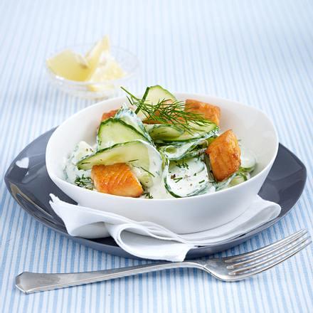 Gurkensalat mit Dillrahm und Lachswürfeln Rezept