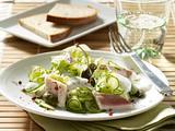 Gurkensalat mit Forellenfilet, Kapern und Joghurt-Dill-Soße Rezept