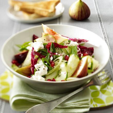 Gurkensalat mit Granatapfelkernen, Feigen, körnigem Frischkäse und Radicchio Rezept