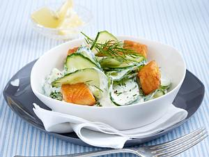 Gurkensalat mit Lachswürfeln Rezept
