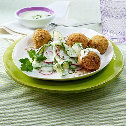 Gurkensalat mit Radieschen in Wasabi-Joghurt-Dressing und Falafel Rezept