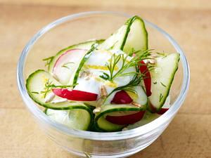 Gurkensalat mit Römersalat und Lachs Rezept