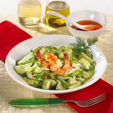 Gurkensalat mit süß-scharfer Soße, Garnelen und Lauchzwiebeln Rezept