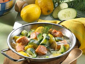 Gurkenschmorpfanne mit Lachs, Kartoffeln und Dill in Zitronensahne Rezept