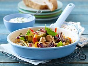 Gyros-Pfanne mit Hähnchen, Zucchini, Zwiebeln, Paprika und Tsatsiki Rezept