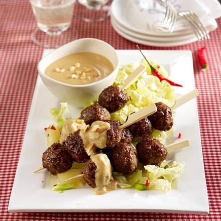 Hackbällchen-Sate mit Erdnusssoße und Chinakohlsalat Rezept