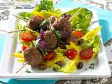 Hackbällchen-Spieße auf Sommersalat Rezept