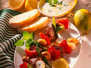 Hackfleisch-Gemüsespieße mit Joghurt-Minz-Dip Rezept