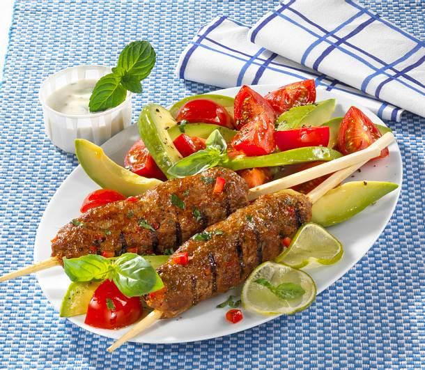 Hackfleischspieße mit Tomaten-Avocado-Salat Rezept