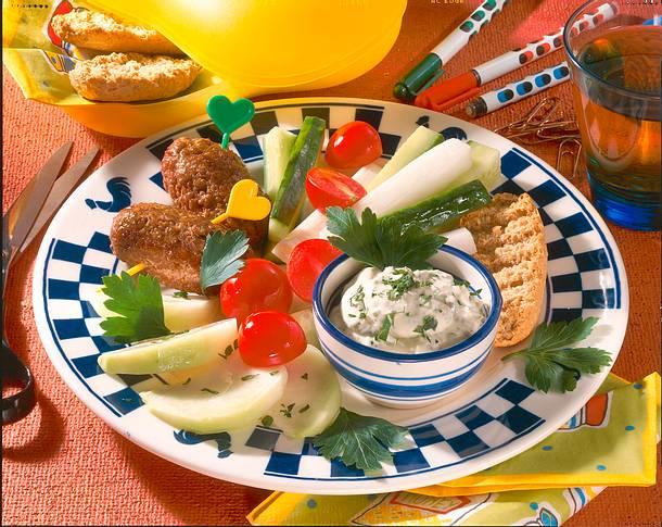 Hackröllchen mit Gemüserohkost und Dip Rezept