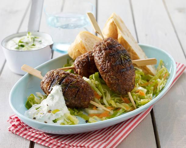 Hackspieße auf Möhren-Spitzkohlsalat mit Tzatziki und Fladenbrot Rezept