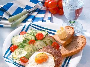Hacksteak mit Spiegelei und Salat Rezept