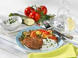 Hacksteaks mit Schmorgemüse und Kräuterdip Rezept
