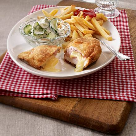 Hähnchen Cordon bleu zu Pommes frites und Gurkensalat Rezept