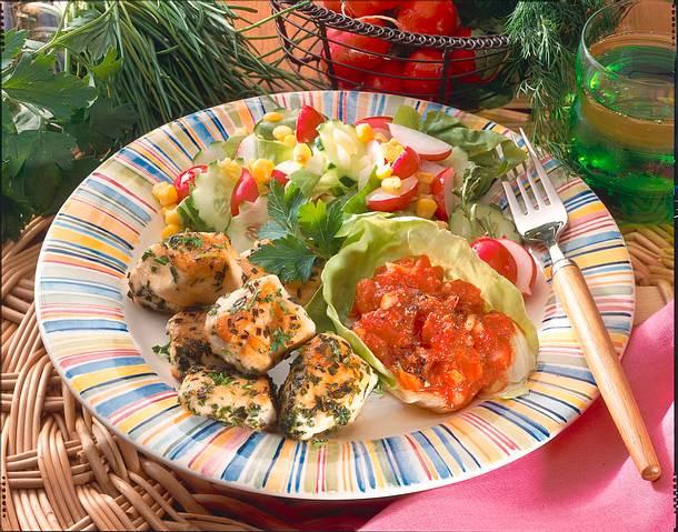 Hähnchen-Nuggets mit Tomatendip und Salat Rezept