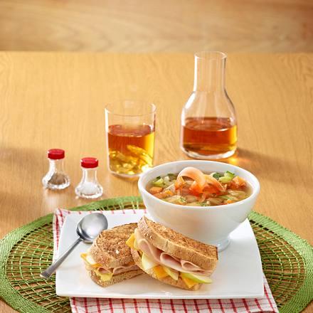 Hähnchen-Reis-Suppe mit Putensandwich Rezept