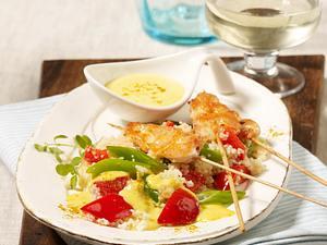 Hähnchen-Satéspieße auf Gemüse-Couscous und Currysoße Rezept