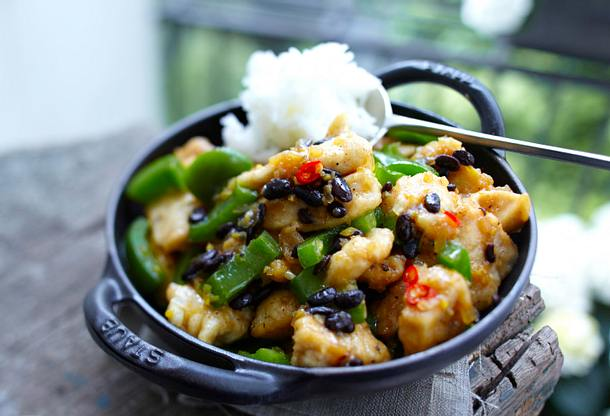 Hähnchen-Wok mit Paprika und schwarzen Bohnen Rezept