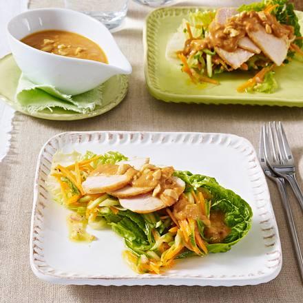 Hähnchencarpaccio auf geraspeltem Salat mit Erdnuss-Soße Rezept