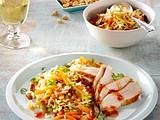 Hähnchenfilet auf Bratreis mit Möhren, Lauchzwiebeln, Erdnusskernen und süß-saurer Soße Rezept