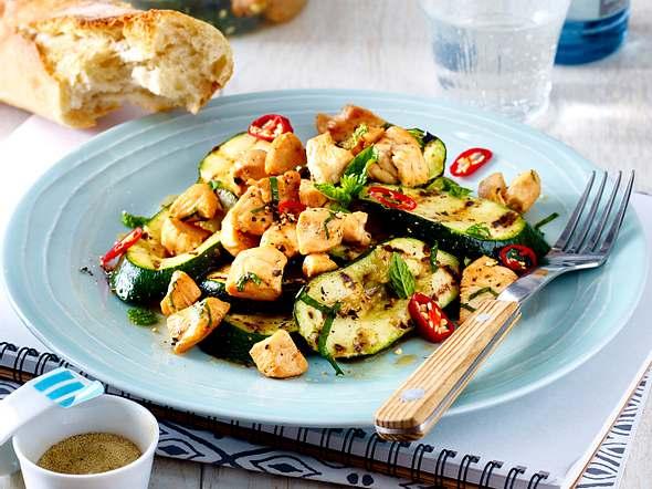 Hähnchenfilet auf Zucchinisalat Rezept