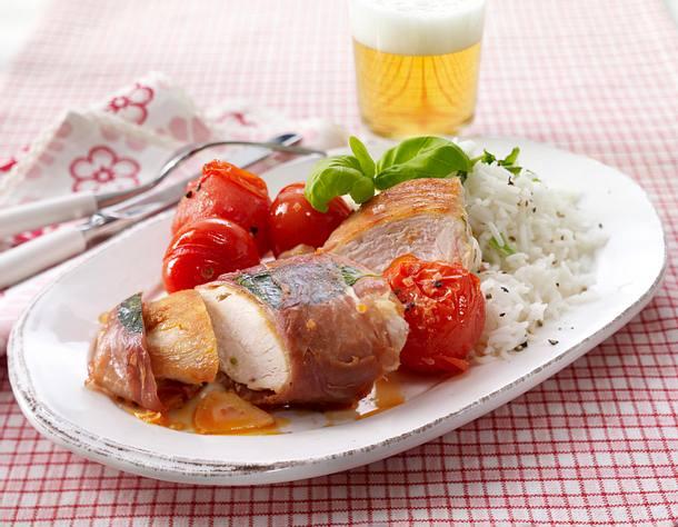 Hähnchenfilet in Parmaschinkenhülle zu gebratenen Tomaten und grünem Reis Rezept