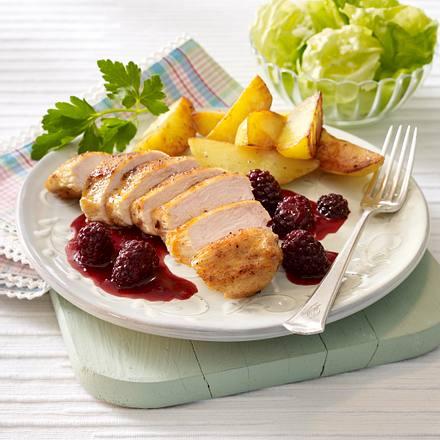 Hähnchenfilet mit Brombeersoße zu Röstkartofeln und Salat Rezept