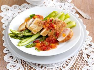 Hähnchenfilet mit Erdbeer-Mango-Chutney und grünem Spargel Rezept