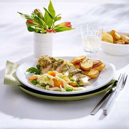 Hähnchenfilet mit Kräuterkruste, Spitzkohl-Möhrengemüse mit Hollandaise und Röstkartoffeln Rezept