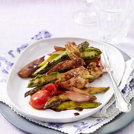 Hähnchengeschnetzeltes mit grünem Spargel und Kirschtomaten im Balsamicosud Rezept