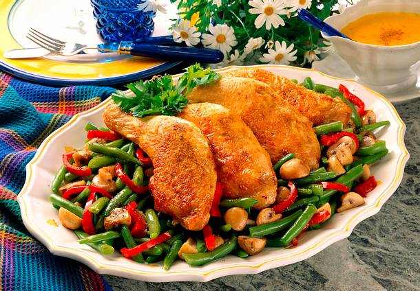 Hähnchenkeulen auf buntem Gemüse Rezept