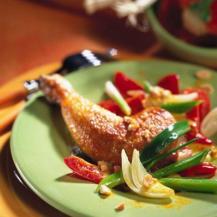 Hähnchenkeulen mit Paprika-Erdnuss-Gemüse Rezept