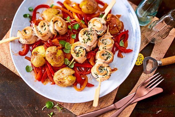 Hähnchenschaschlik-Trio und Smashed Potatoes auf Paprikagemüse Rezept