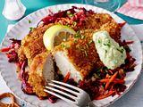 Hähnchenschnitzel in Brezelpanade auf karamellisiertem Rotkohl-Rote-Bete-Salat Rezept