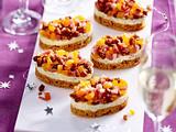 Häppchen aus Roquefort, Honigkuchen und Trockenfrüchten Rezept
