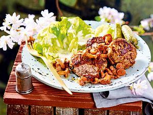 Hakk-Kotletid mit Pfifferlingen und Salat rezept
