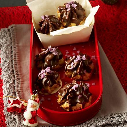 Haselnuss-Makronen-Tuffs mit Schokolade und Oblaten Rezept