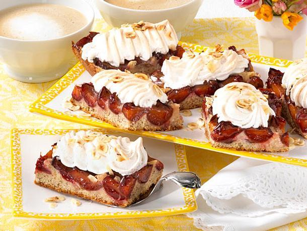 Haselnuss-Pflaumenkuchen mit Zimtbaiser Rezept