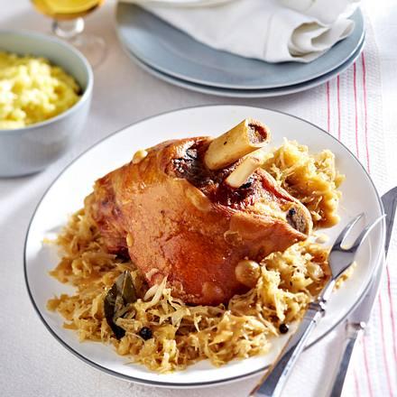 Haxe mit Sauerkraut und Stampfkartoffeln Rezept