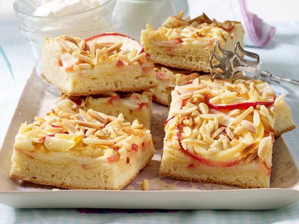 Hefeblechkuchen mit Äpfeln, Marzipan und Mandeln Rezept