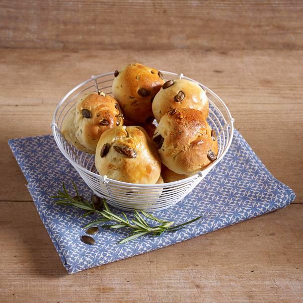Hefebrötchen mit Kürbiskernen und Rosmarin Rezept