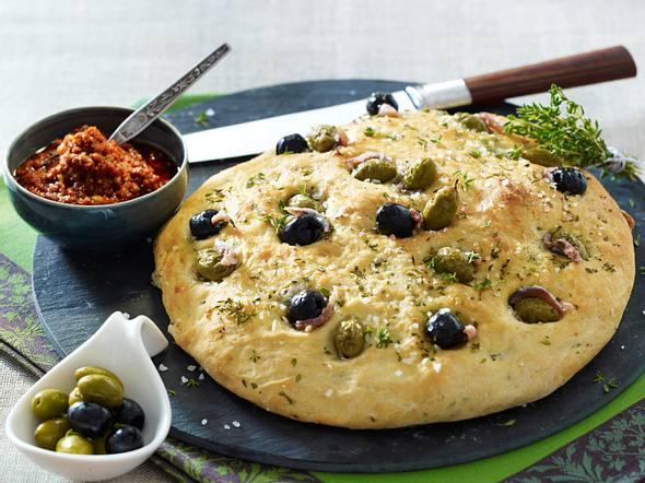 Hefefladen mit Sardellen, Oliven und Thymian zu Tomatenpesto Rezept