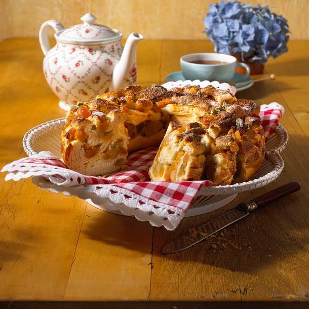 Hefekranz mit Marzipan-Aprikosen-Füllung Rezept
