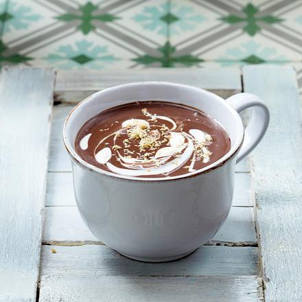 Heiße Schokolade 6 x anders: mit Kokosmilch, Karamellsirup und Kokosraspeln Rezept